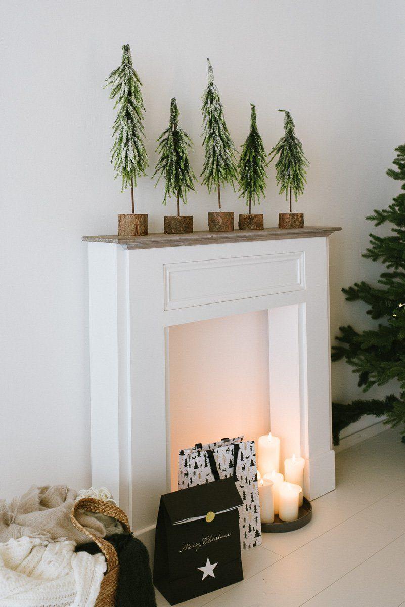 Kamin mit Tannenbäumen Weihnachten