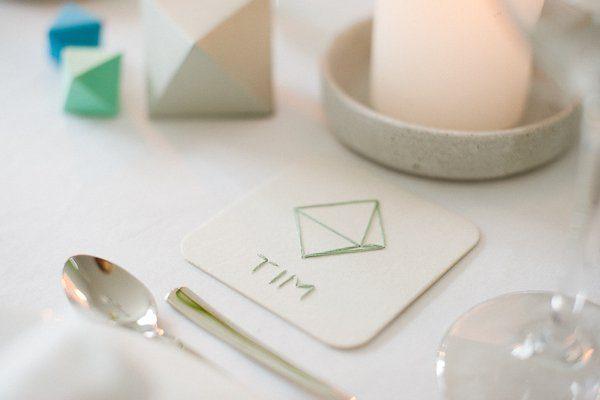 Tischdeko grafisch mit Papierornamenten und Holzperlen2