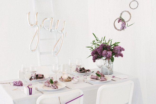 Tischdekoration mit Flieder in lila für die Hochzeit im Frühling