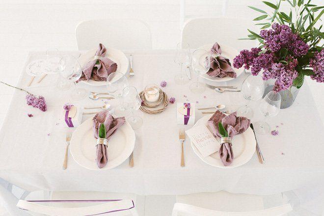 Tischdekoration mit Flieder in lila für die Hochzeit im Frühling11