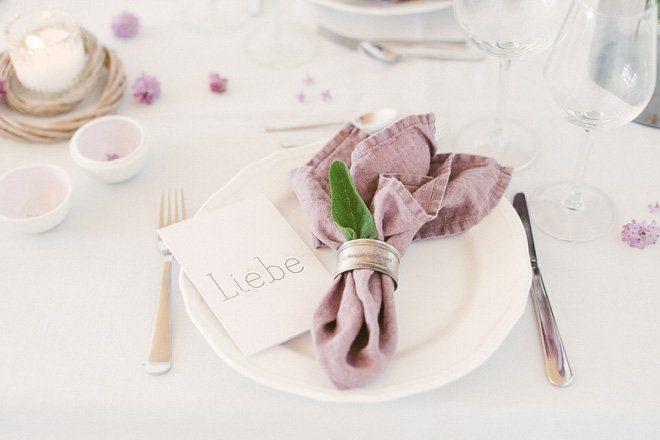 Tischdekoration mit Flieder in lila für die Hochzeit im Frühling2