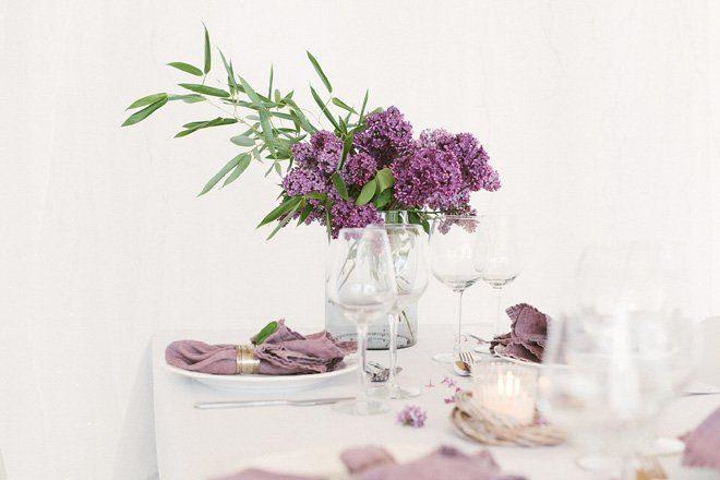 Tischdekoration mit Flieder in lila für die Hochzeit im Frühling5