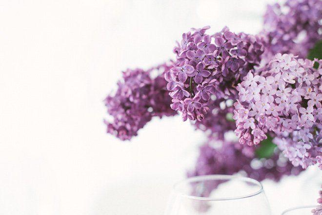 Tischdekoration mit Flieder in lila für die Hochzeit im Frühling7