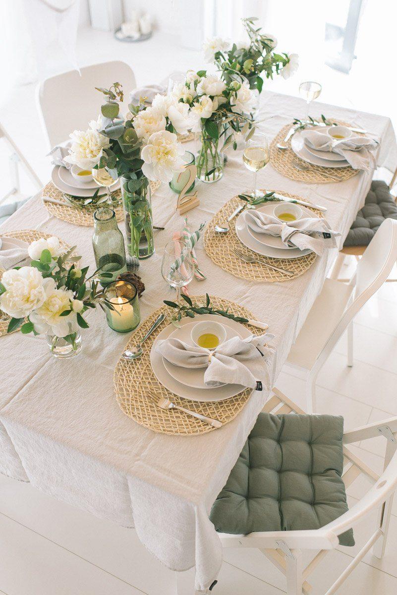Tischdecke mit weißen Pfingstrosen