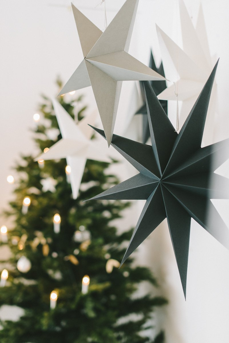 Unterschiedlich große Papiersterne sehen in der Weihnachtsdekoration so toll aus!