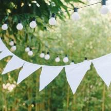 Girlande aus weißen Stoffwimpeln für die Hochzeit