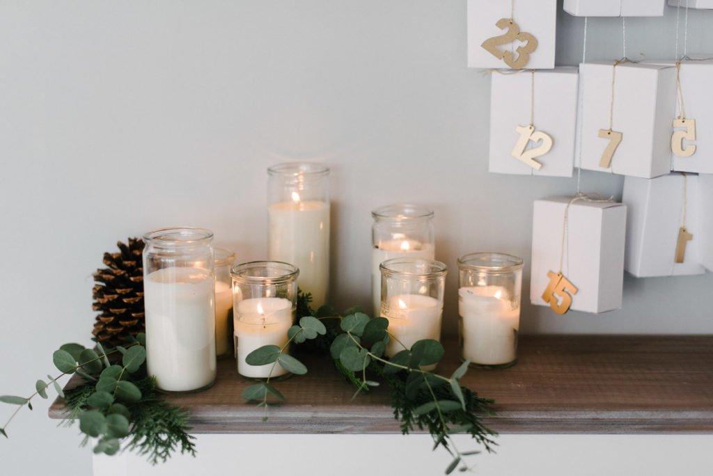 Kerzen am Kamin