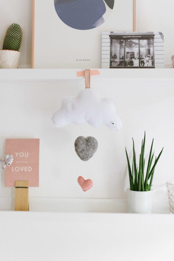 Wolkenmobile mit Herzen aus Filz