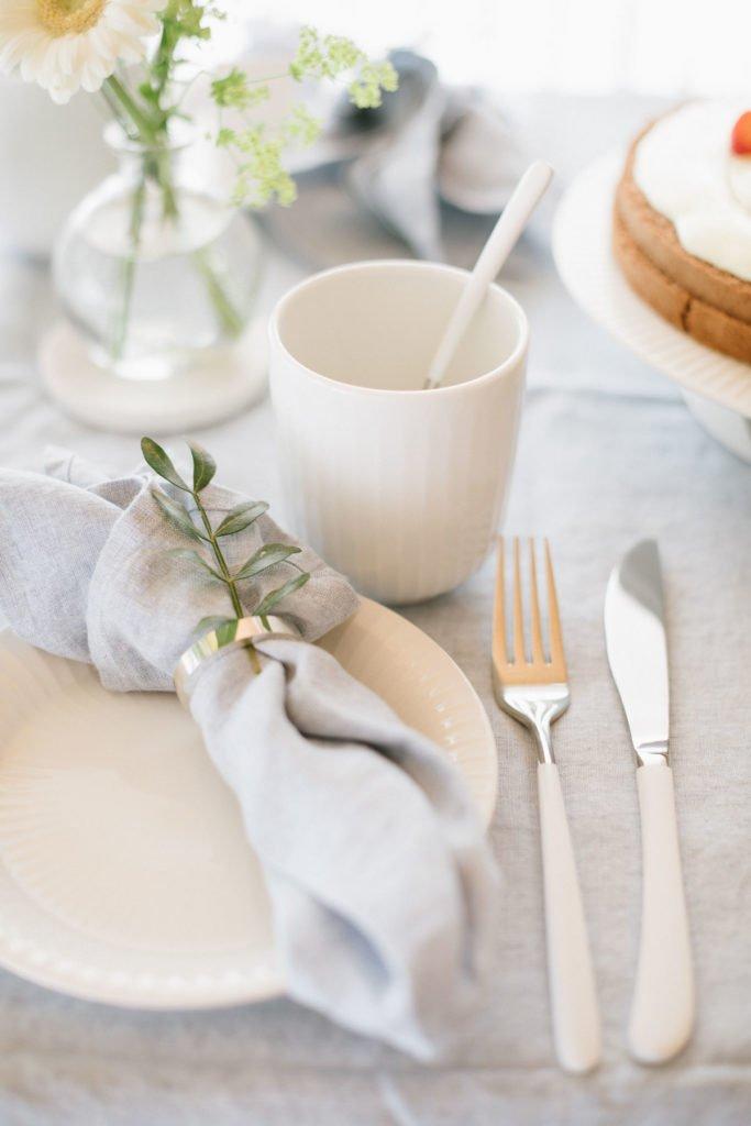 Becher, Teller und Serviette in weiß und hellblau