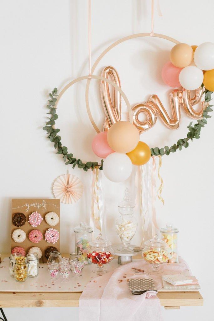 Holzreifen mit Luftballons