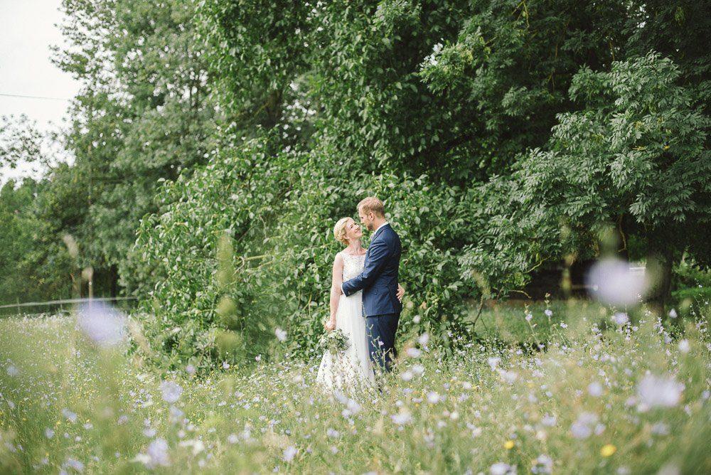 Wilde Blumenwiese mit Brautpaar