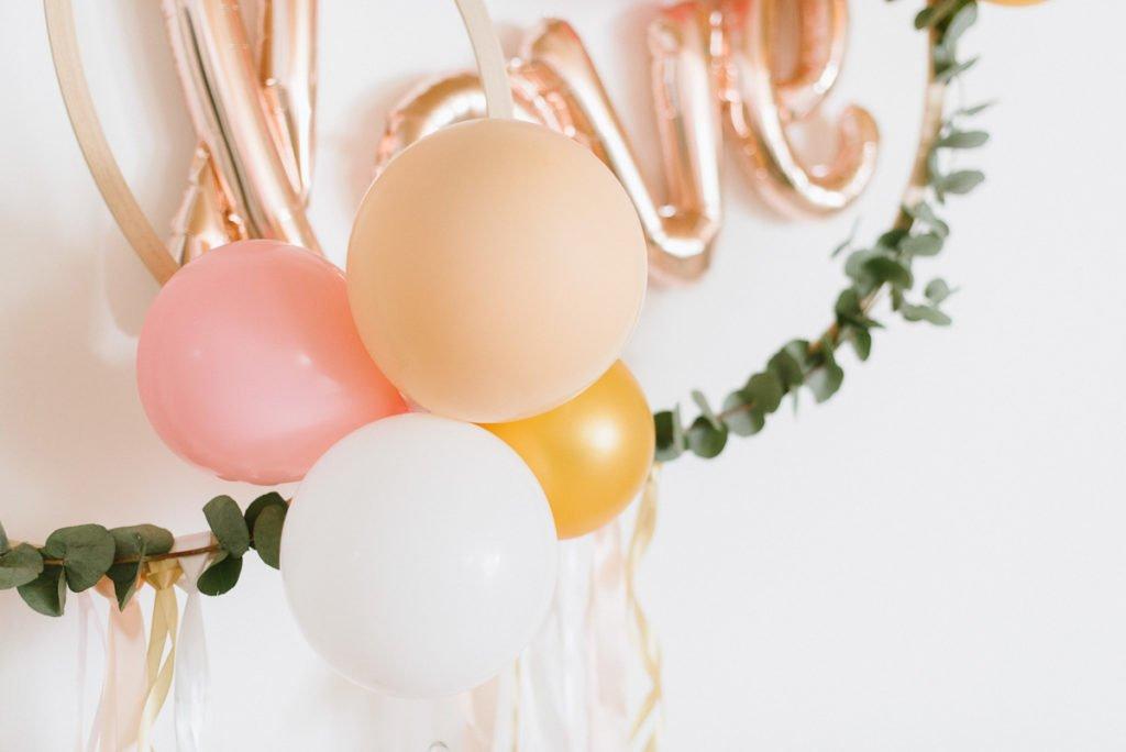 Luftballons an Holzreifen