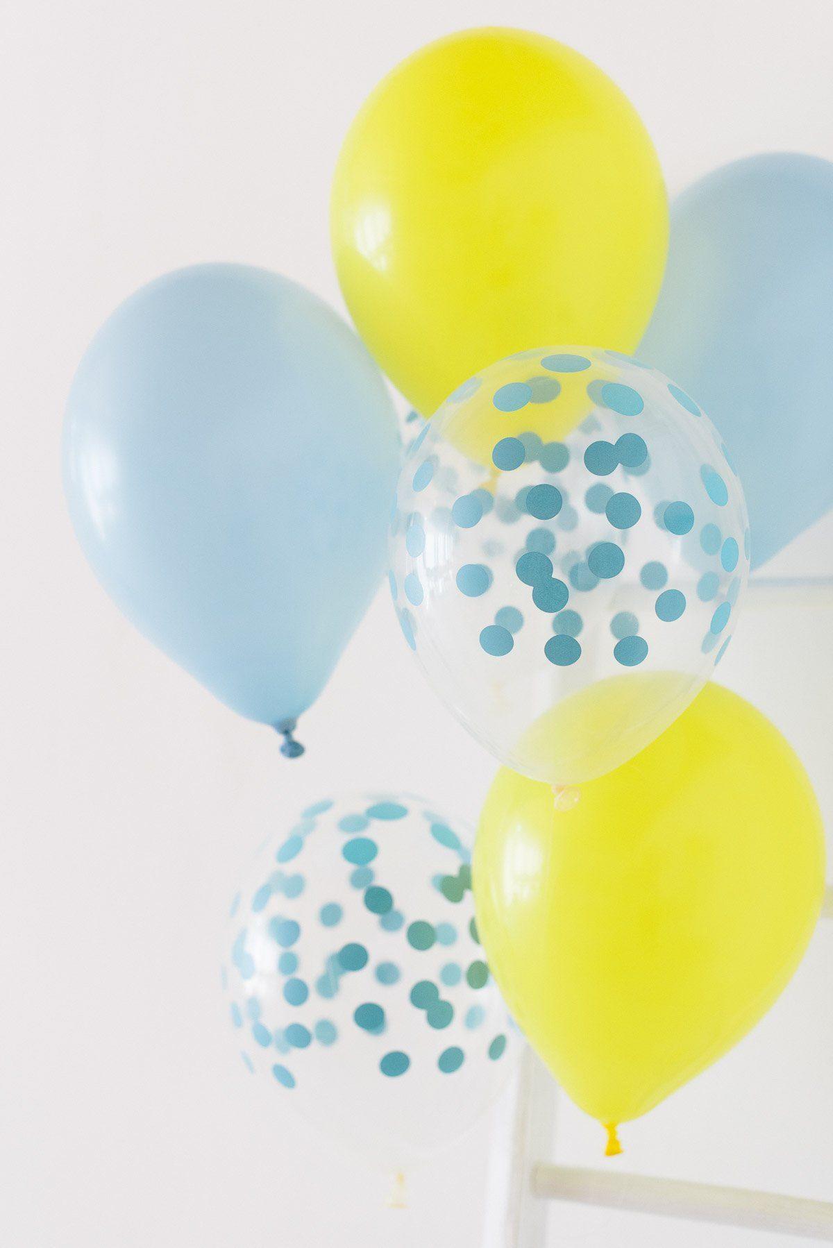 Gelbe und blaue Ballons mit Konfetti