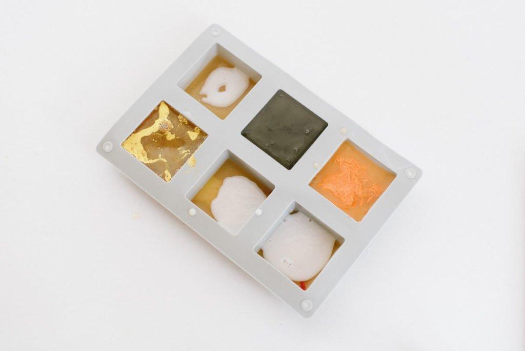 Seife in verschiedenen Farben gießen und mit Goldpigmenten versehen