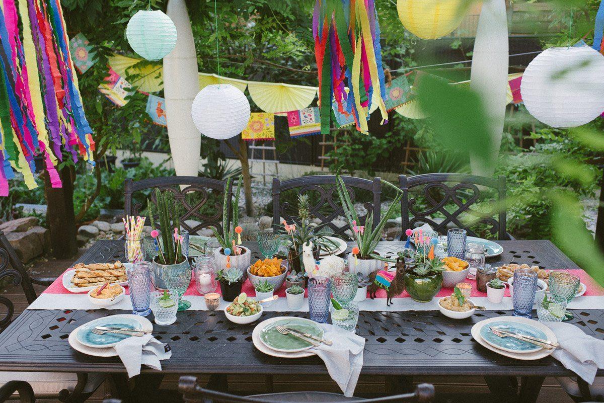 Tisch im Garten bunt gedeckt