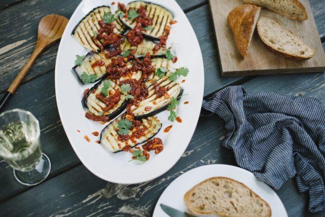 Gegrillte Auberginen mit Tomatensalsa
