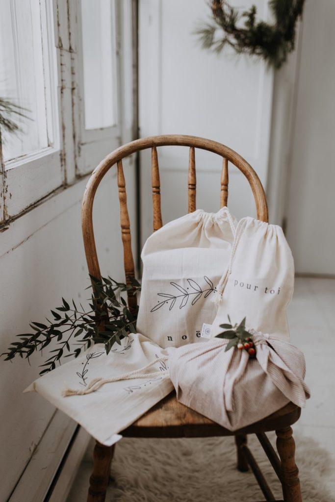 Geschenke in weißem Beutel verpackt