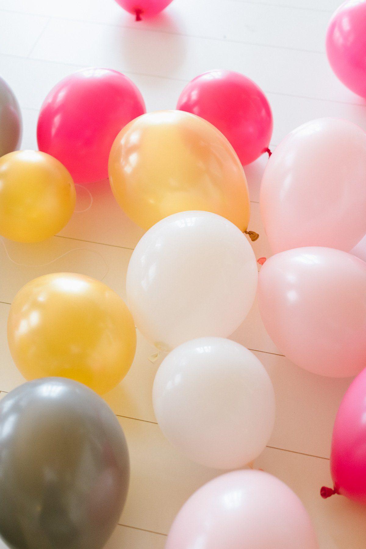 Luftballons für Ballongirlande verbinden
