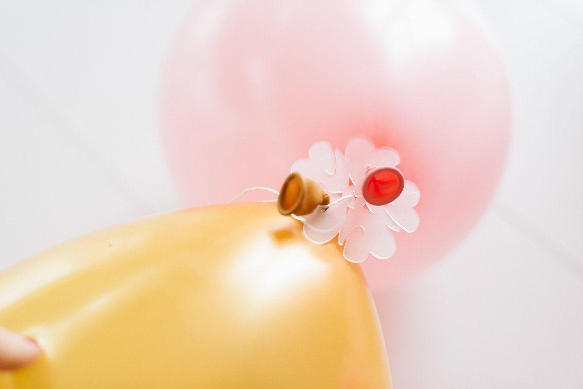 Luftballons für Ballongirlande mit Scheibe verbinden