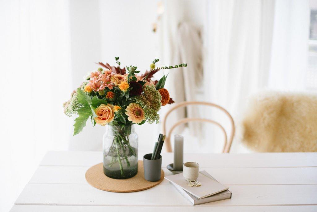 Herbstblumen auf Tisch