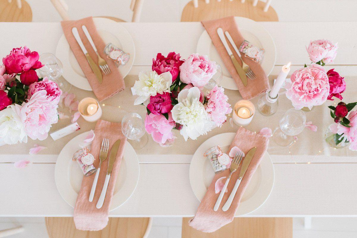 Aufsicht Tischdekoration mit Pfingstrosen zur Hochzeit
