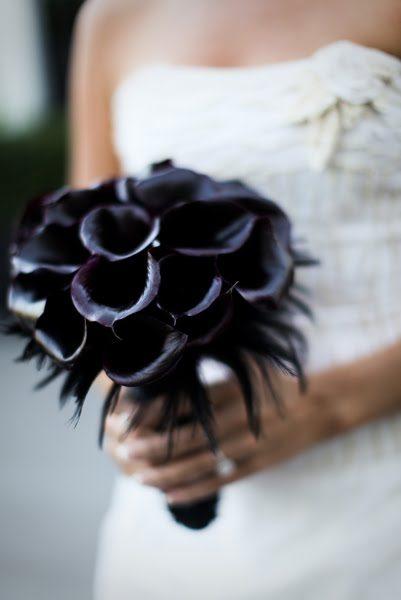 Ein Hochzeitskonzept in schwarz, silber und violett