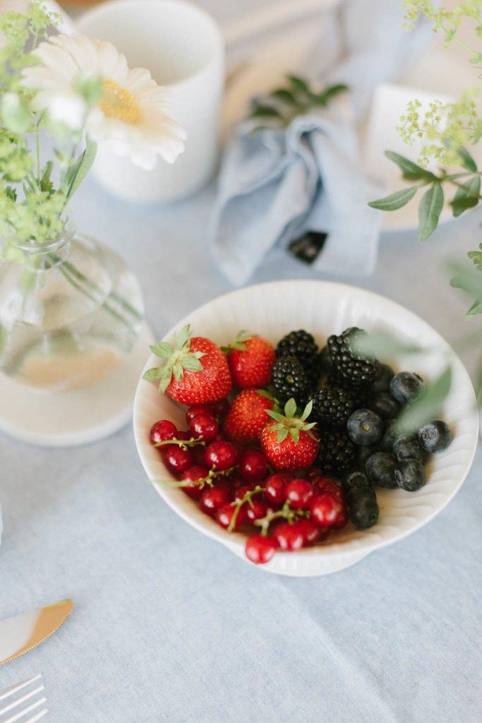 Kleine Schüssel mit verschiedenen Beeren