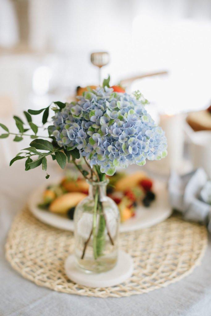 Kleiner Blumenstrauß mit blauer Hortensie