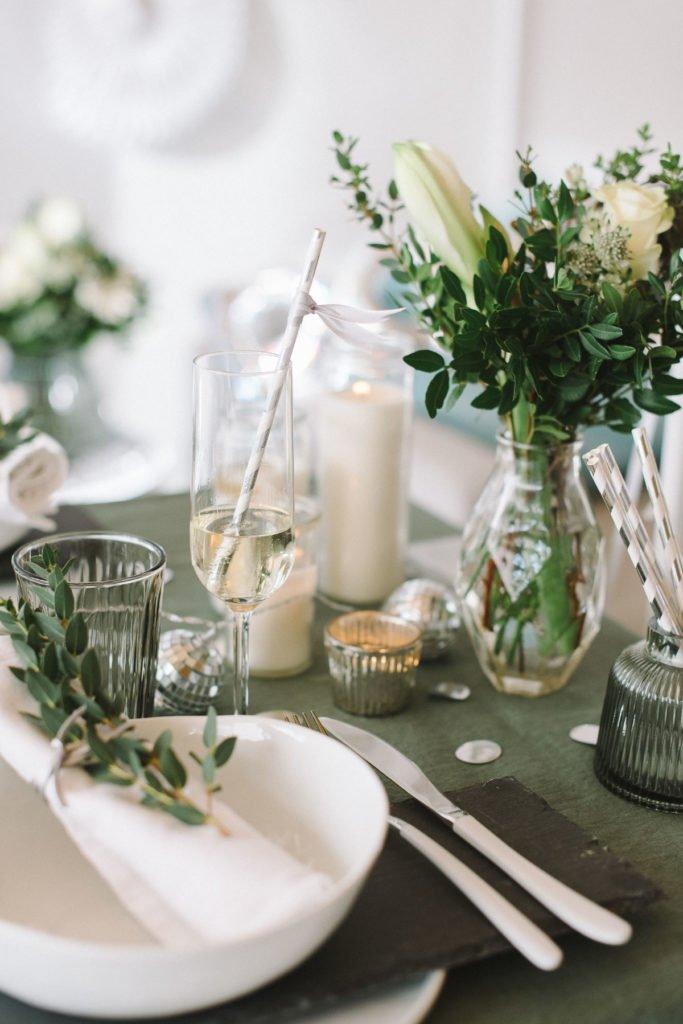 Kerzen auf grüner Tischdecke Silvester