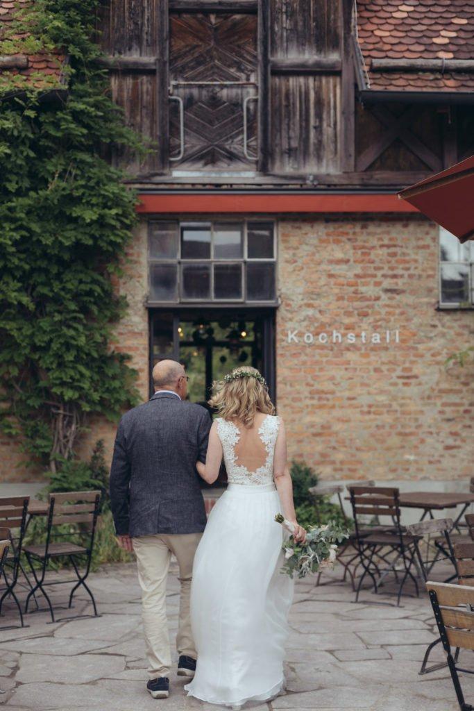 Rustikal natürliche Hochzeit auf Gut Sonnenhausen - Rosa und Till haben geheiratet und wir zeigen euch ihre Hochzeitsfeier im Münchner Umland