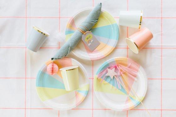 Tischdecke, Teller und Becher in Pastell