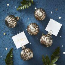 6 kleine goldene Weihnachtskugeln als Platzkartenhalter