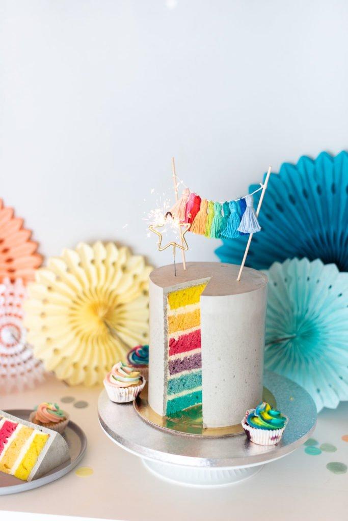 Torte mit Regenbogenfarbe
