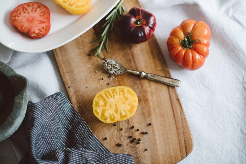 Aufgeschnittene, große gelbe Tomate auf Brett