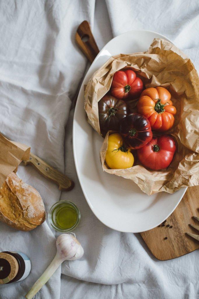 Verschiedene Tomatensorten in einer Tüte vom Markt