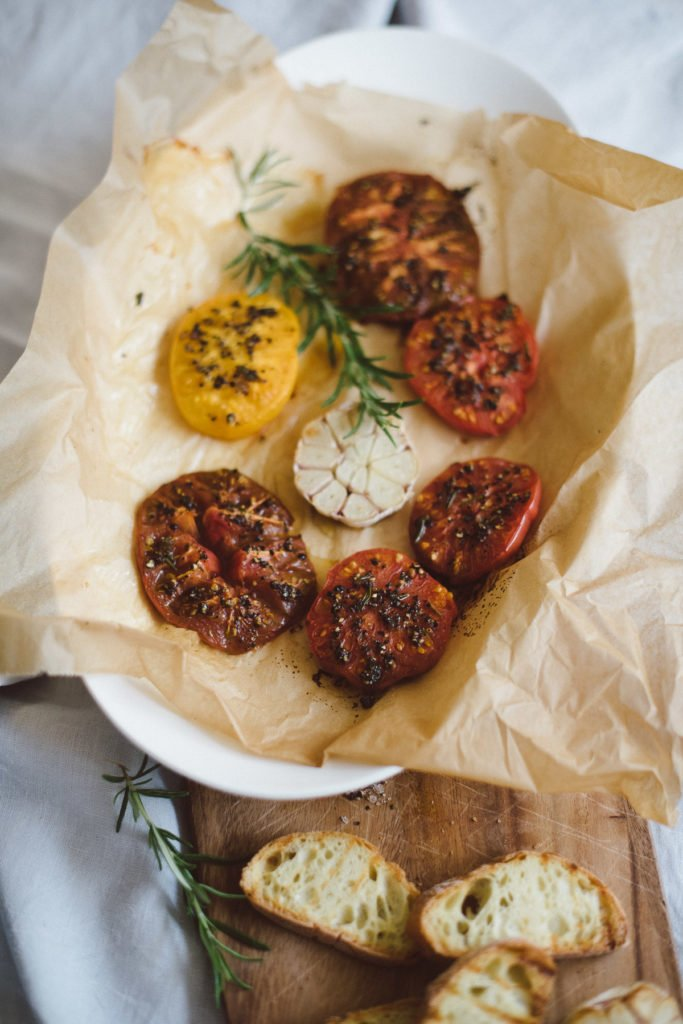Gegrillte Tomaten mit Gewürzen auf einer Servierschale