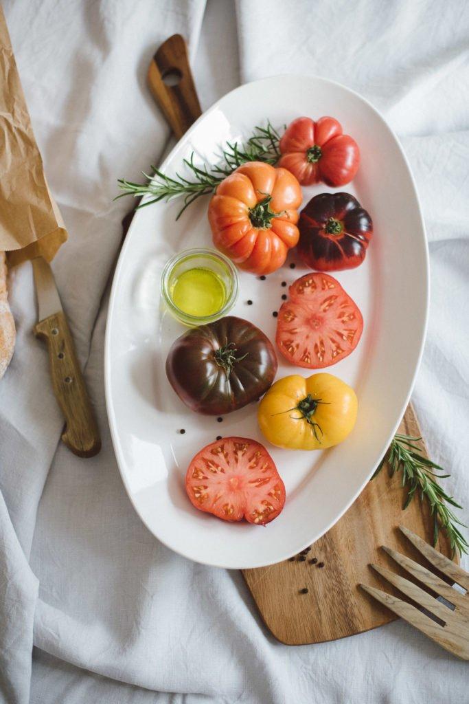 Verscheidene Tomatensorten in einer Schale teils aufgeschnitten