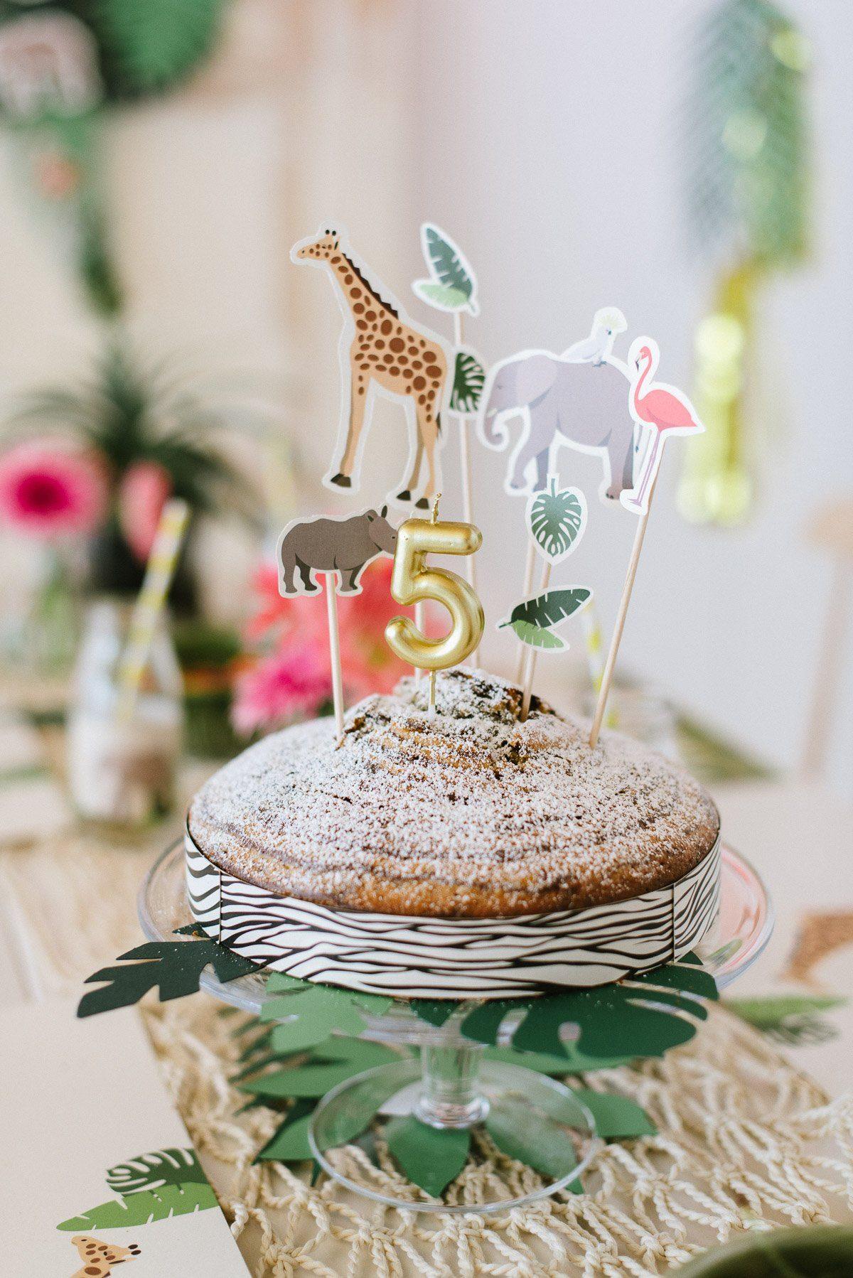 Zebrakuchen mit Tieren und Kerze zum Kindergeburtstag