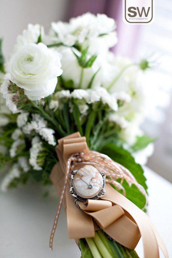 Sonntagshäppchen: Eine Brosche für den Brautstrauß