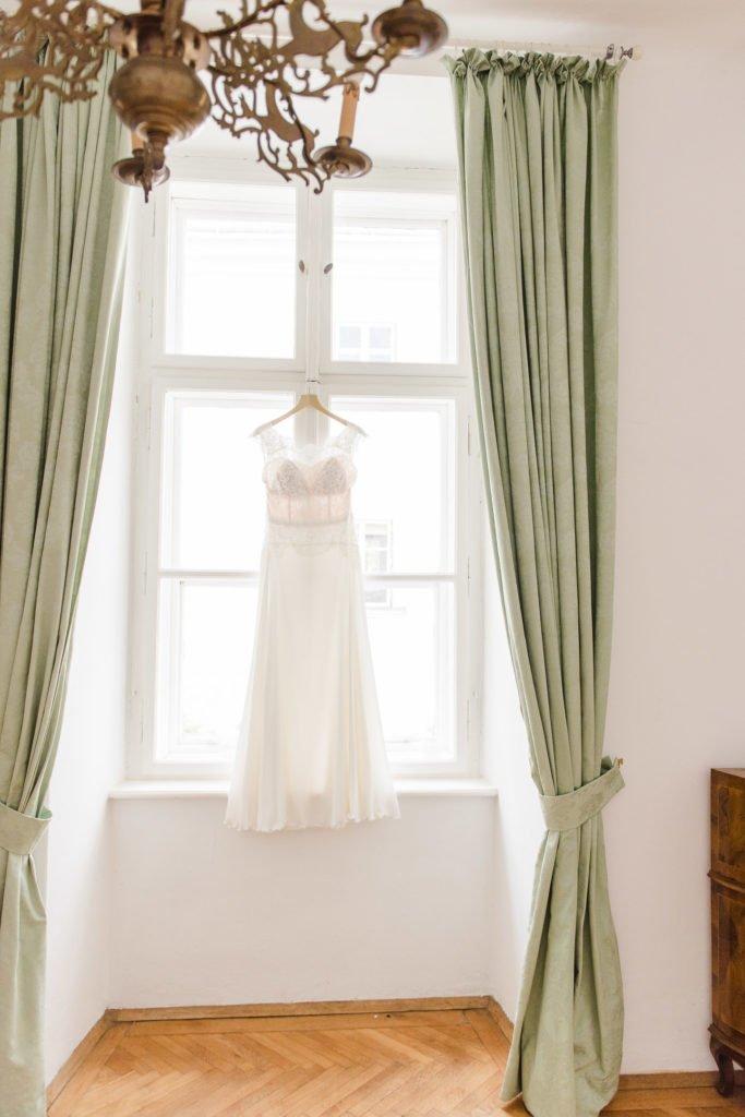 Brautkleid hängend am Fenster