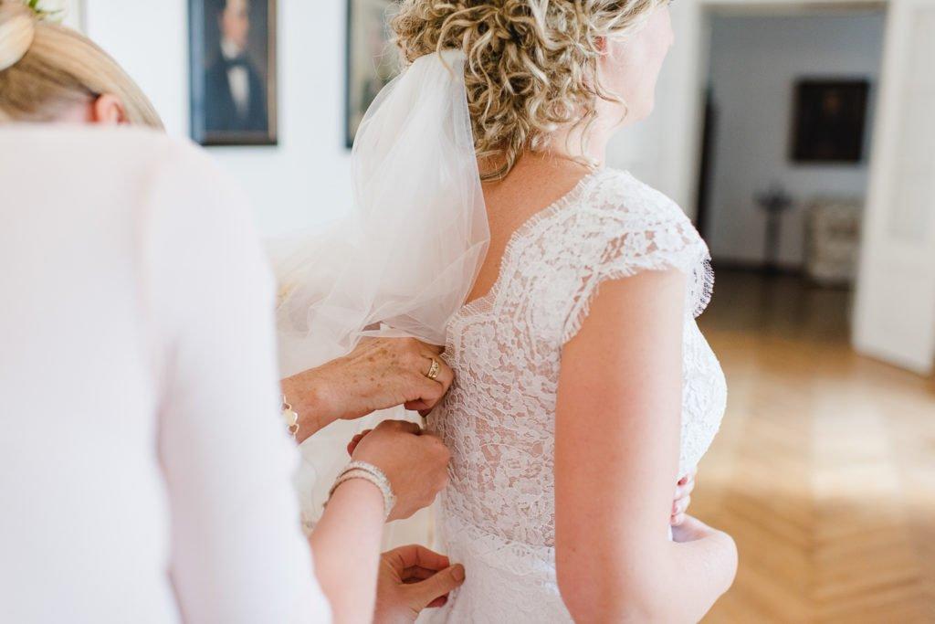Anziehen des Brautkleids