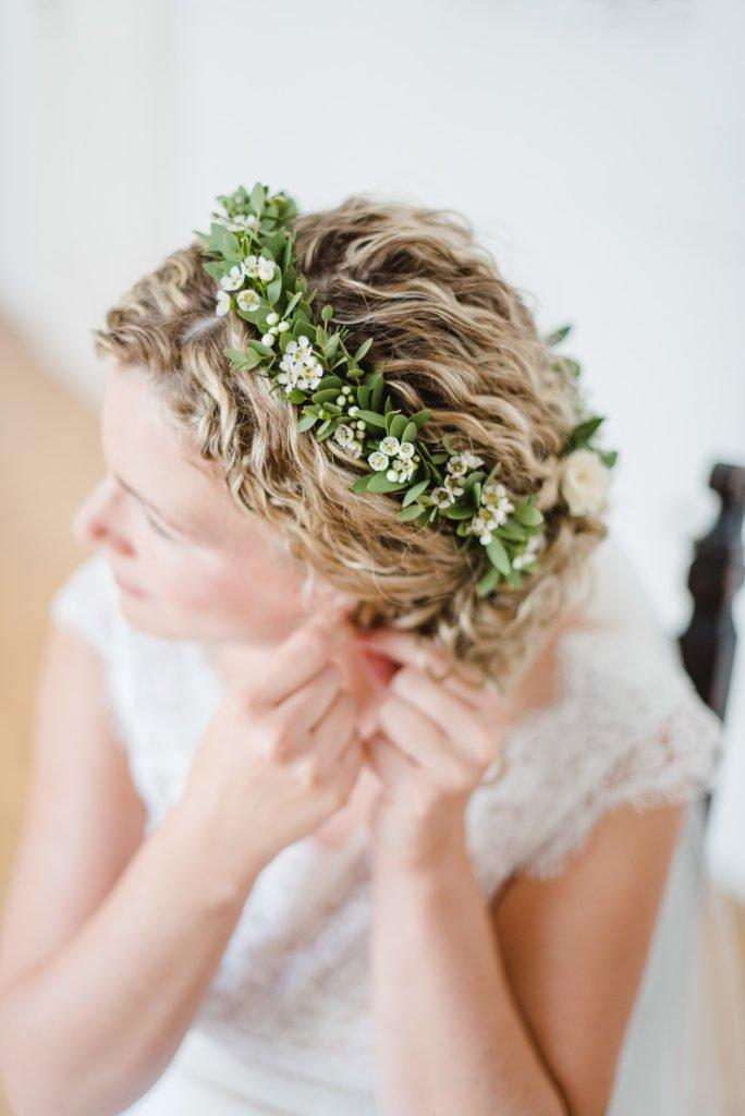 Kurze Brautfrisur mit Blütenkranz
