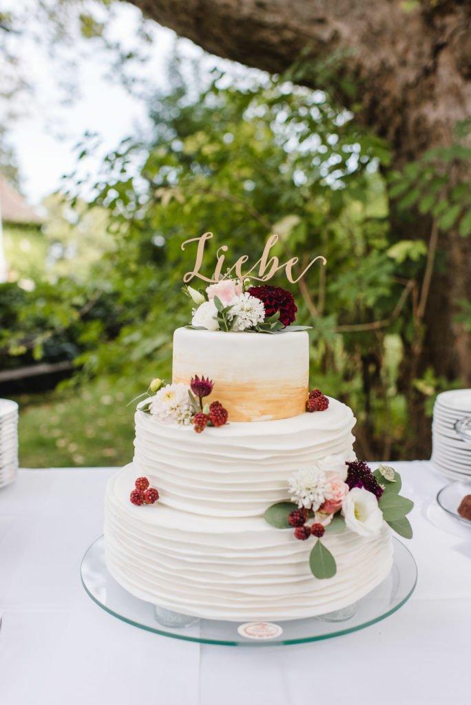Hochzeitstorte mit Cake Topper Liebe