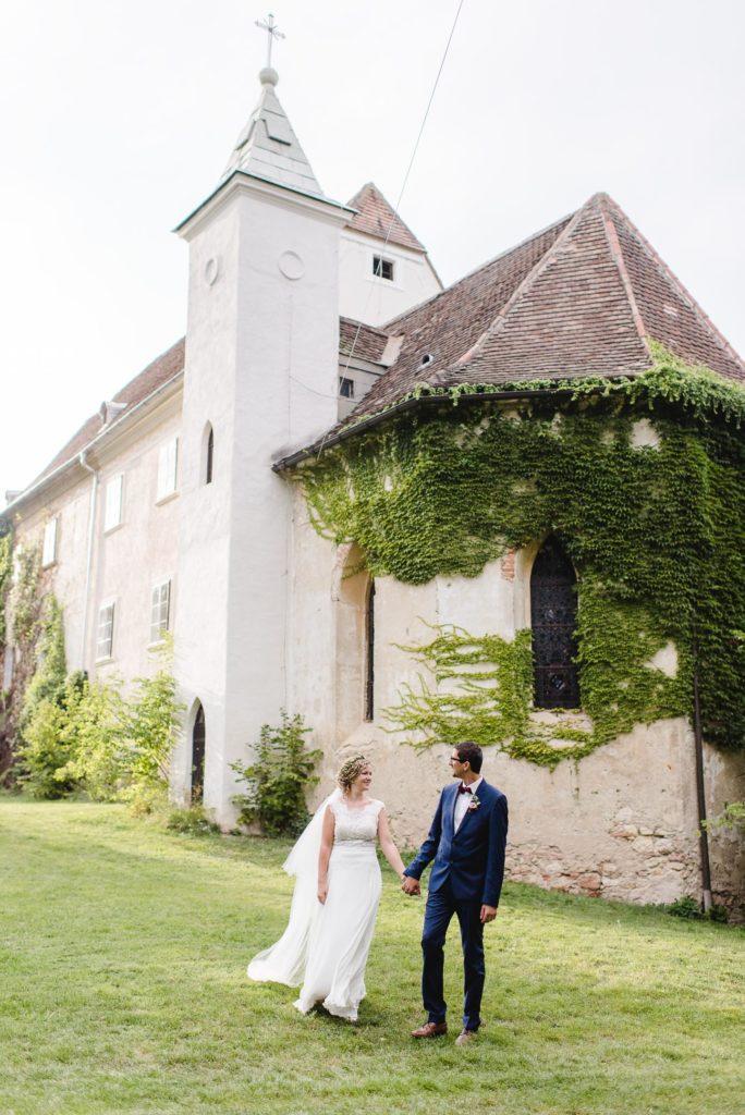Brautpaar vor Schloss Poysbrunn
