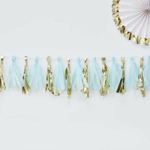 Tasselgirlande bestehend aus hellblauen und goldenen Tasseln