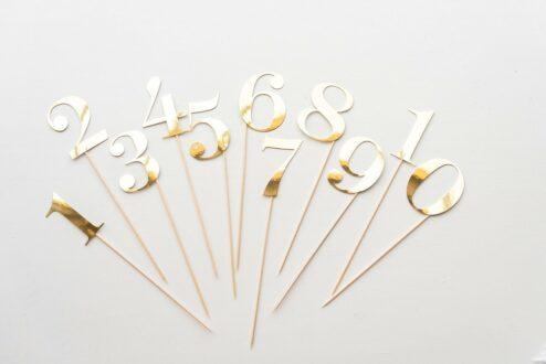 Tischnummern aus goldenem Karton