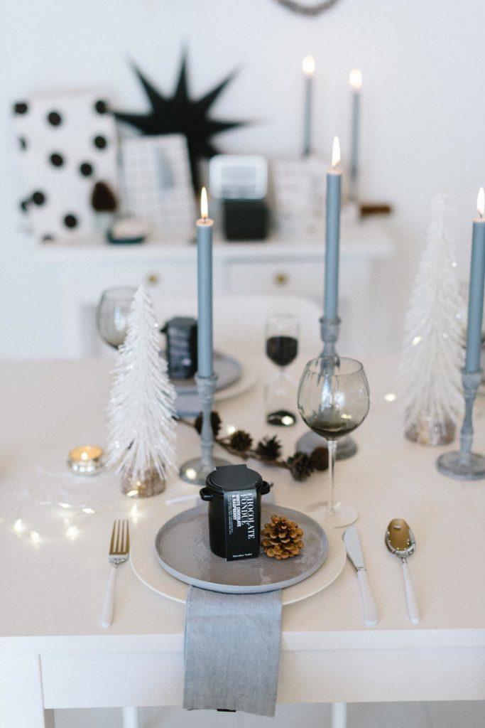 Tischdeko Weihnachten in graublau und weiß