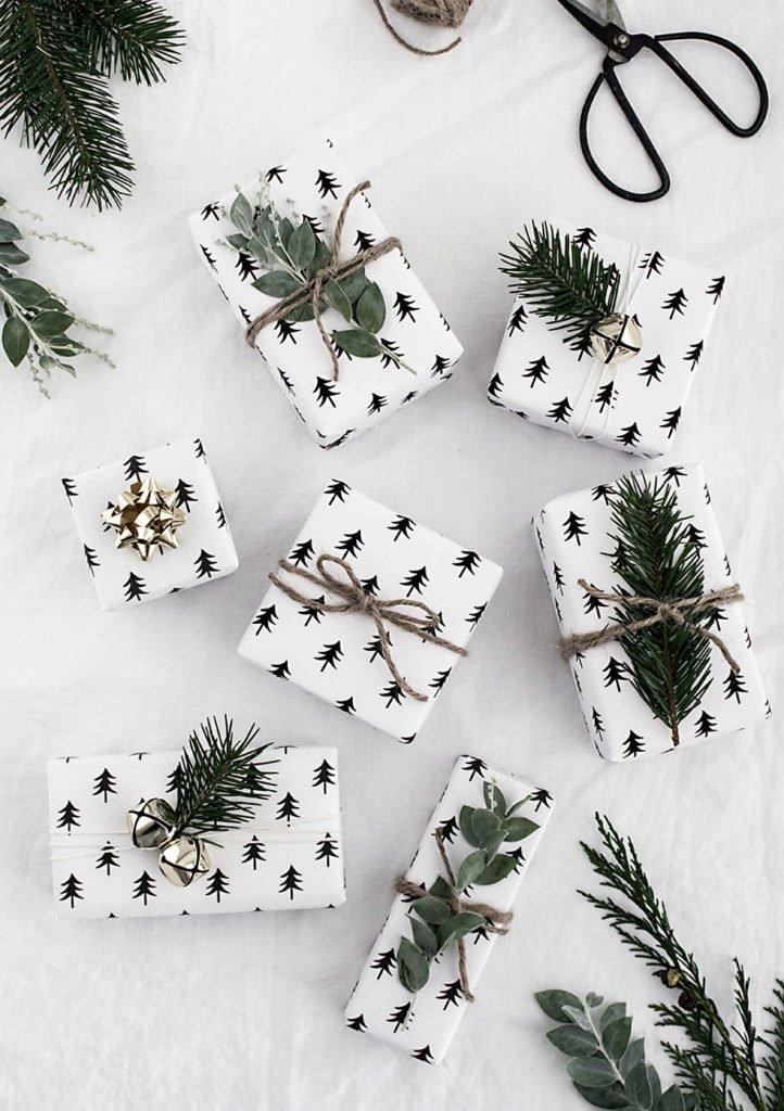Weihnachtsgeschenke mit Geschekpapier Tannenbaum