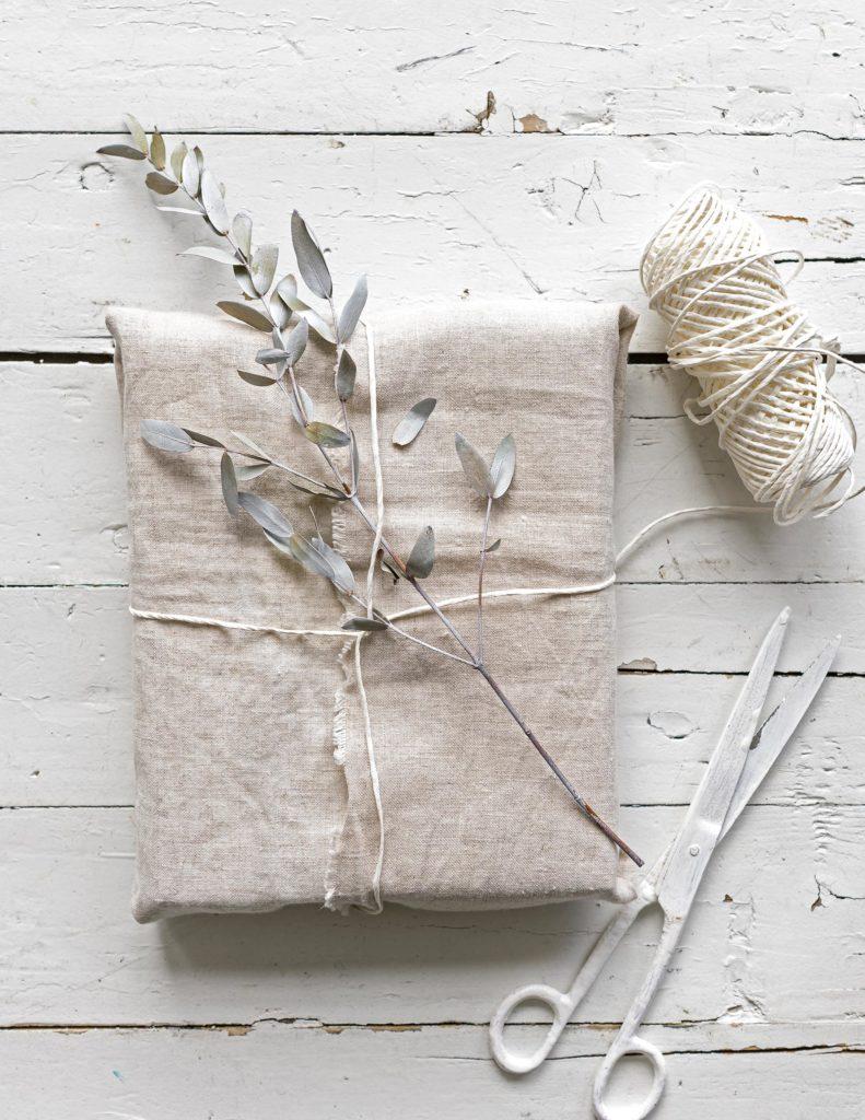 Gescehnkverpackng mit weißem Leinen
