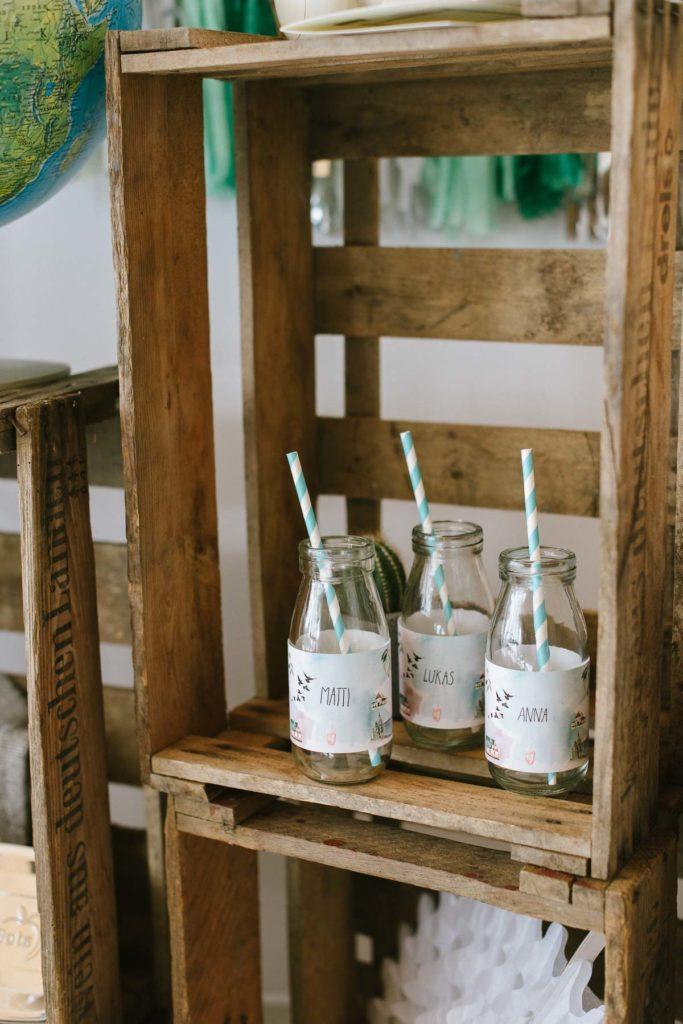 Trinkflaschen mit Banderolen am Kindergeburtstag Weltreise
